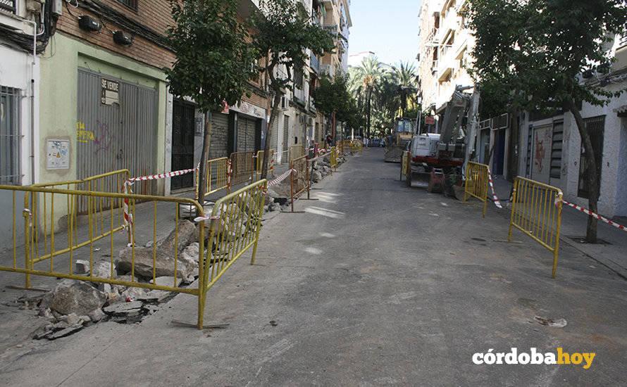 Vecinos y comerciantes rechazan las losas grises de Abogado Enríquez Barrios