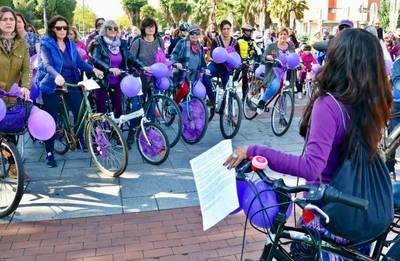 Una marcha en bicicleta dice 'no' a la violencia de género