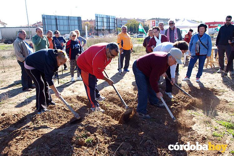 Unos 50 vecinos reivindican la puesta en marcha del huerto urbano del Cordel de Écija