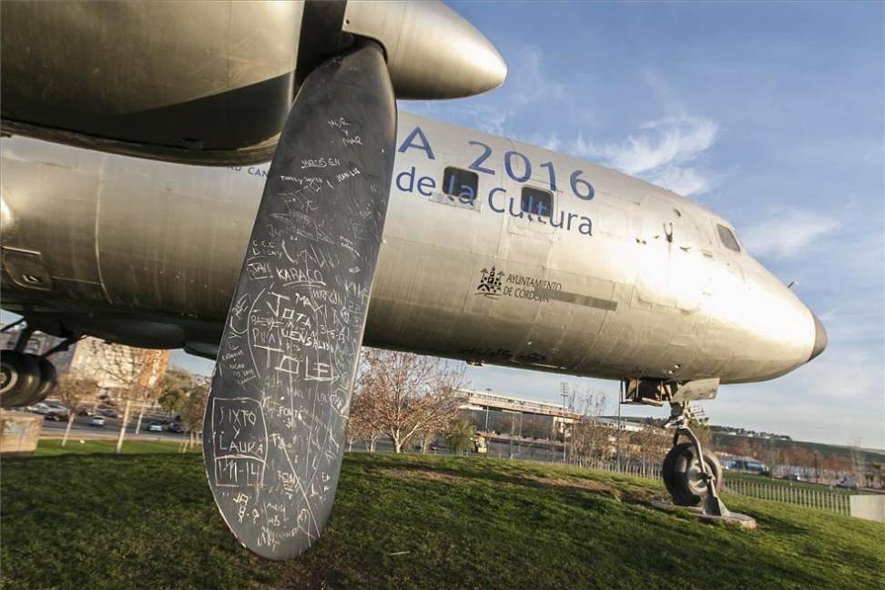 Los vecinos exigen una solución para el avión cultural o su retirada