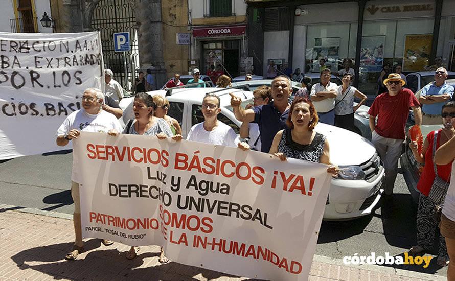 Unos 80 vehículos exigen ante el Ayuntamiento luz y agua para El Higuerón