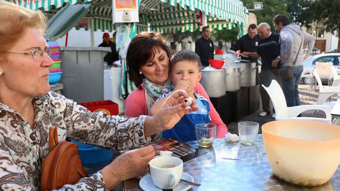 familia-caracoles-terraza-puestos-ciudad_113629659