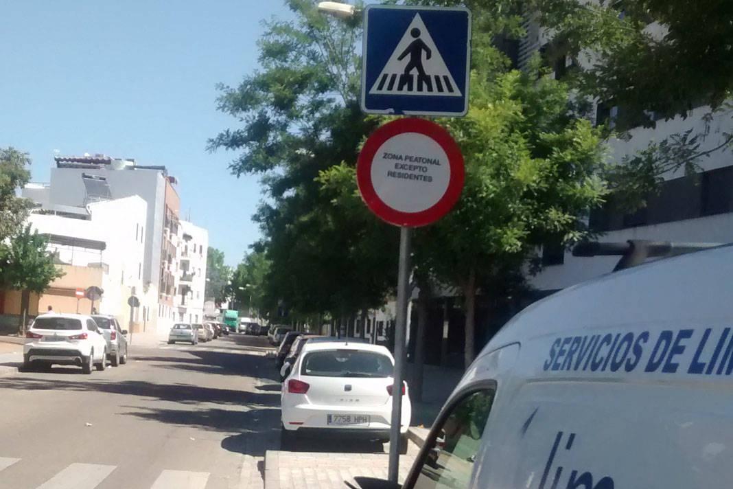 Los vecinos de Puente Romano denuncian la masiva retirada de coches por la grúa