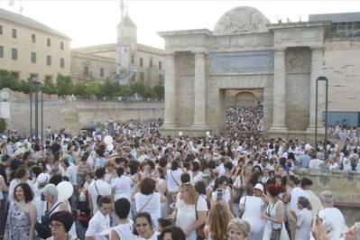 "Una marcha y ""un abrazo"" a la Mezquita-Catedral reivindican la paz"