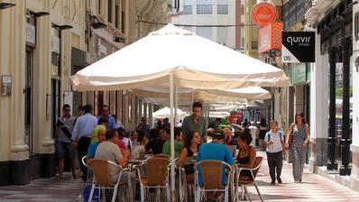 La calle de la Plata recupera espacio peatonal tras delimitar veladores