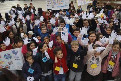 600 escolares sacan a la calle pancartas para reivindicar la importancia de la paz