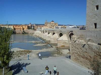 La Axerquía pide abrir un debate sobre el cierre del Puente Romano en Semana Santa
