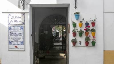 Vecinos del Casco amenazan con llevar al juzgado a Urbanismo por un restaurante sin licencia