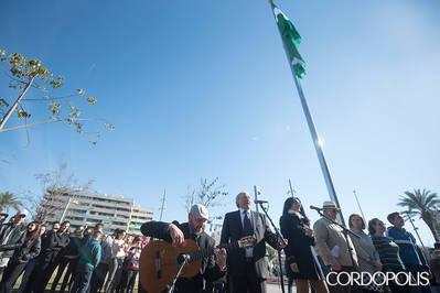 La bandera andaluza ya recibe a los visitantes y vecinos del Distrito Sur