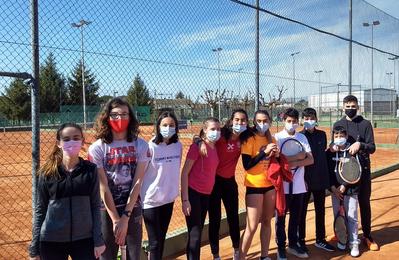 Sesión de entrenamiento con mini-partidillos para el grupo de jóvenes de tenis del club