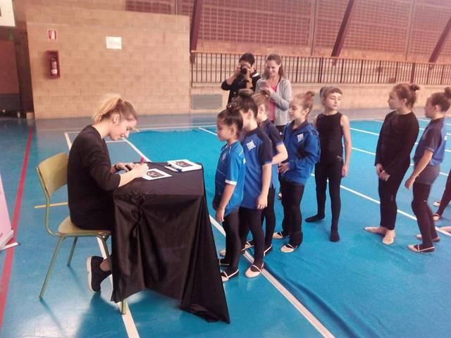 Elena López signant autògraf a les nostres gimnastes.