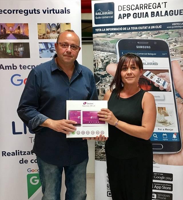Molt contents de lliurar a Sylvia Ramon el premi de la LEOTEC TABLET 10.1