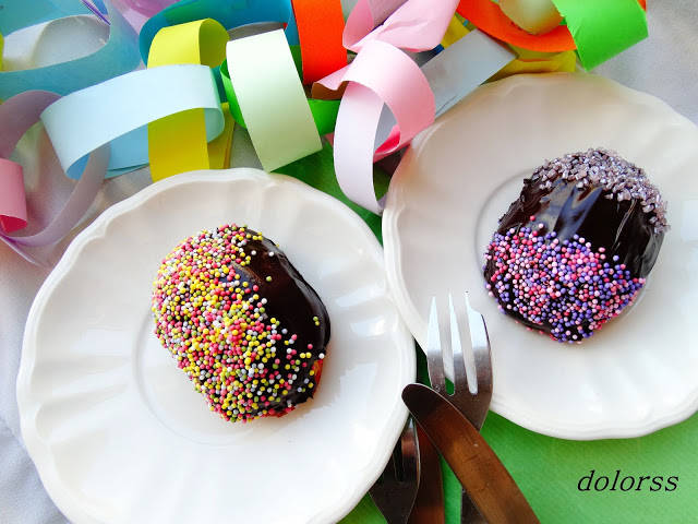 Pequeños bizcochos festivos con chocolate