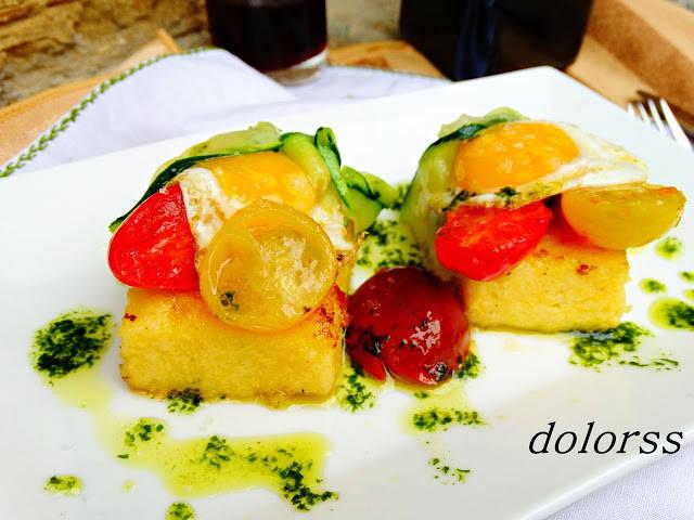 Pastelitos de polenta con huevos de codorniz