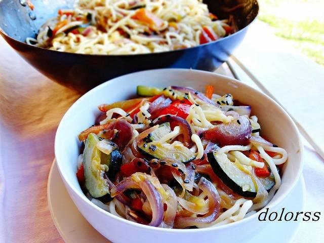 Fideos noodles con pimiento y cebolla al wok