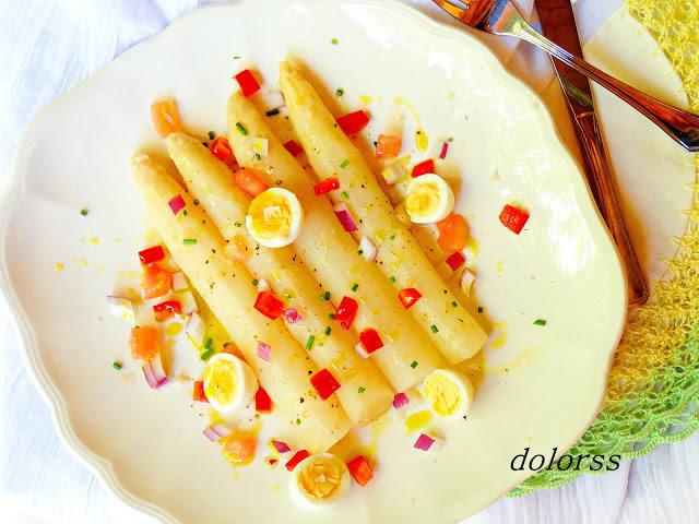 Espàrrecs amb ous de guatlla i pebrot
