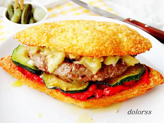 Hamburguesa de ternera con pan de queso y escalivada