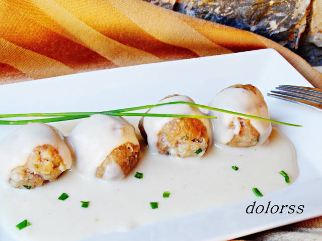 Mandonguilles amb salsa blanca