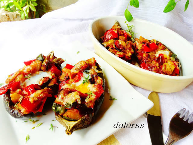 Berenjenas rellenas de verduras con huevo de codorniz