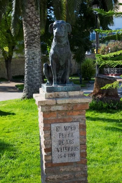 """Estatua homenaje a """"Moro"""" Perro de los Entierros"""