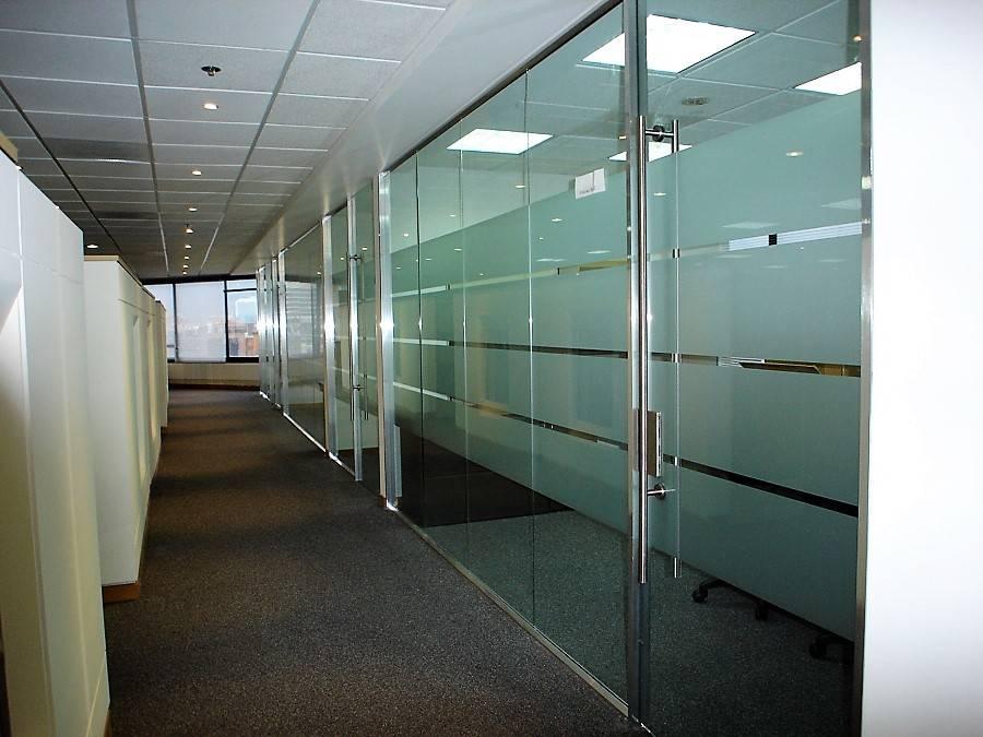 divisiones-de-oficina-en-cristal-y-aluminio-brilla