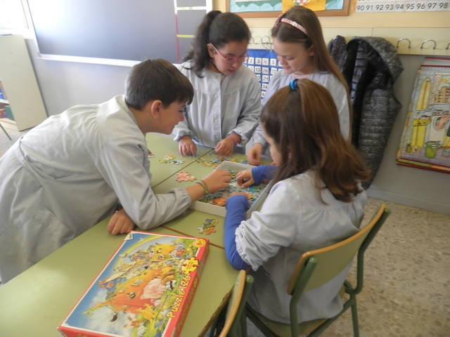 Els alumnes aprenen relats i contes jugant