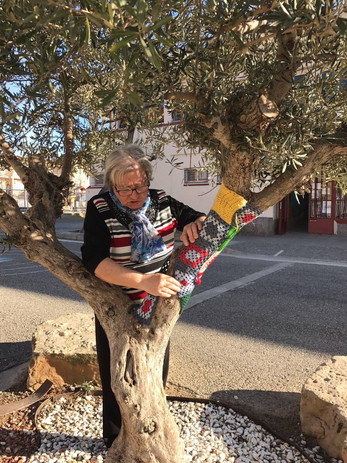 """""""La Núria, presidenta de l'AAVV, ens decora les oliveres"""""""