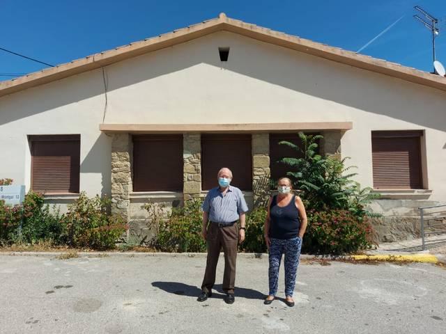 L'alcalde de Cubells, Josep Regué, i la regidora M.ª Àngels Tolosa davant d'una de les cases que ofereix l'ajuntament