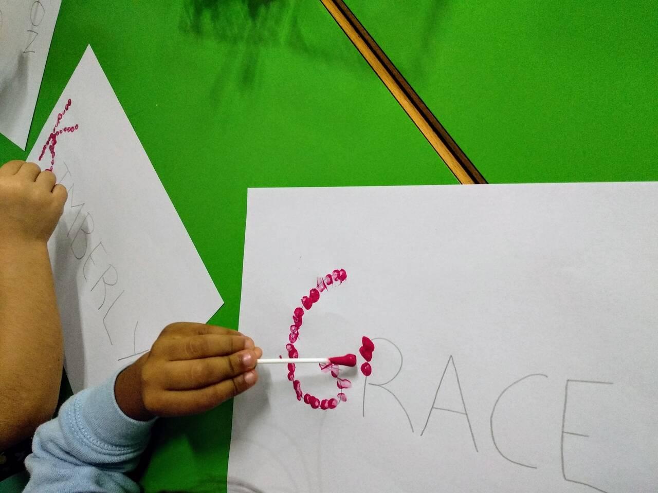 Activitats plàstiques a l'aula de 4 anys.