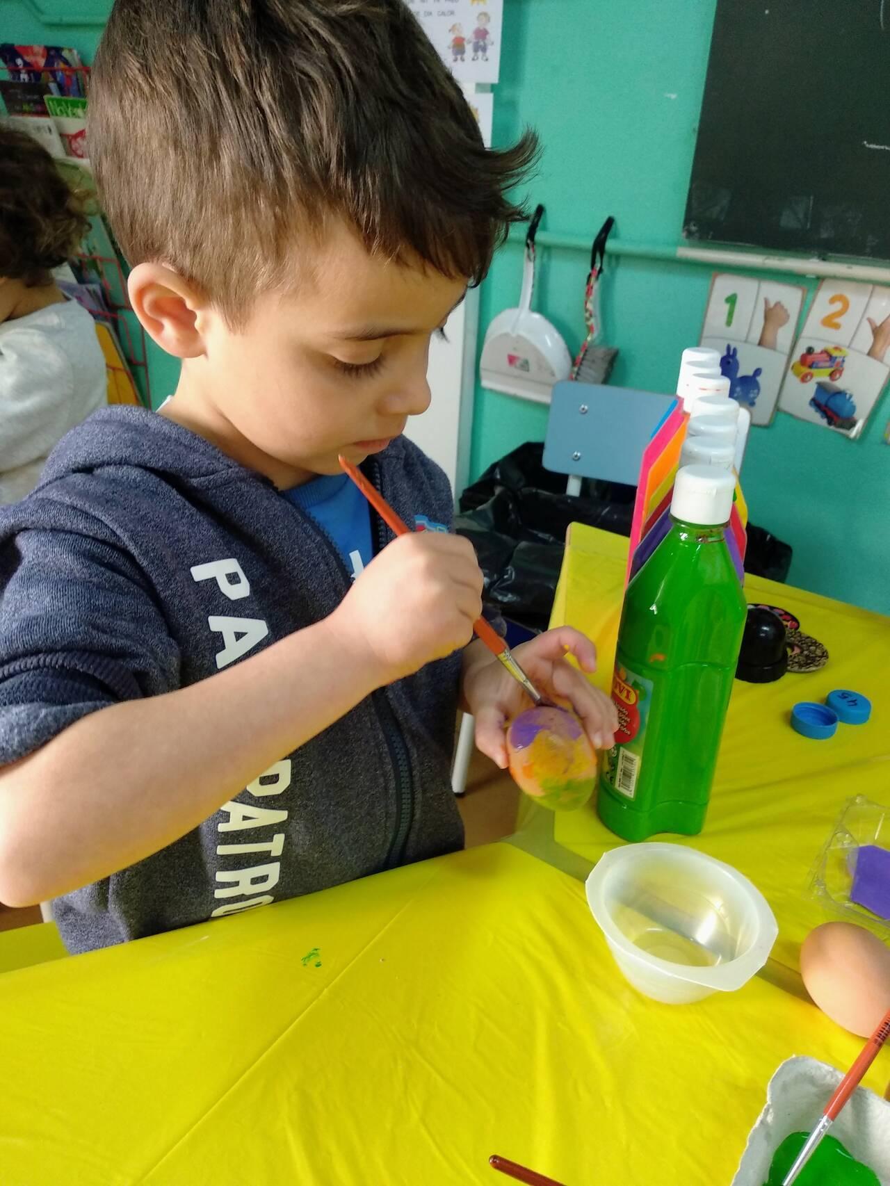 Taller ous de Pasqua a l'aula de 4 anys