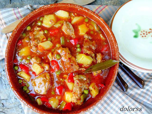 Guisat de costella de porc amb patates i pèsols