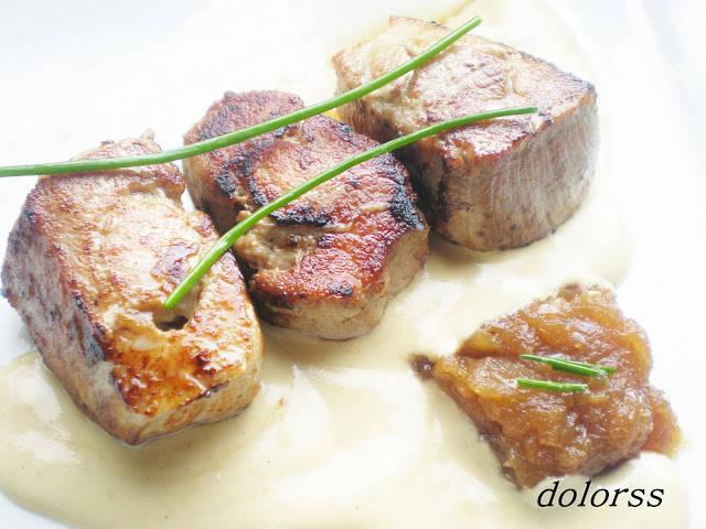Daus de rellom farcits de ceba caramel·litzada amb salsa de mostassa