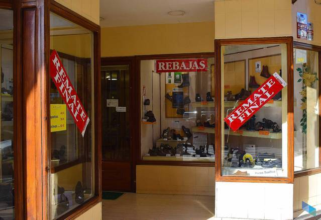 """""""Last days of sales. Do not miss our prices"""" Calzados Torre"""