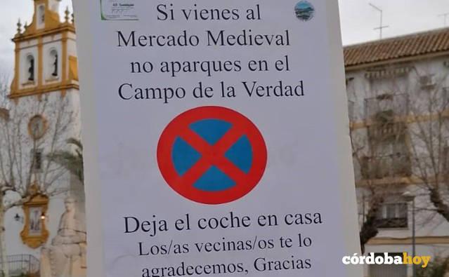 Vecinos del Campo de la Verdad colocan carteles para que no se aparque por el Mercado Temático