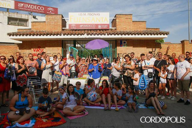 Bañadores, toallas y flotadores para pedir la apertura de la piscina de la Fuensanta
