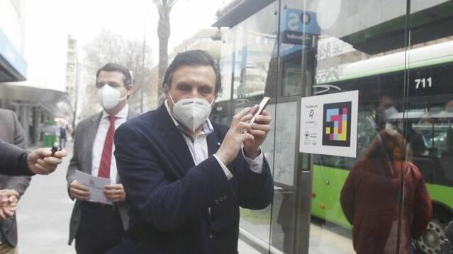 Córdoba pone en marcha un proyecto piloto en varias paradas de autobús para la accesibilidad de personas ciegas