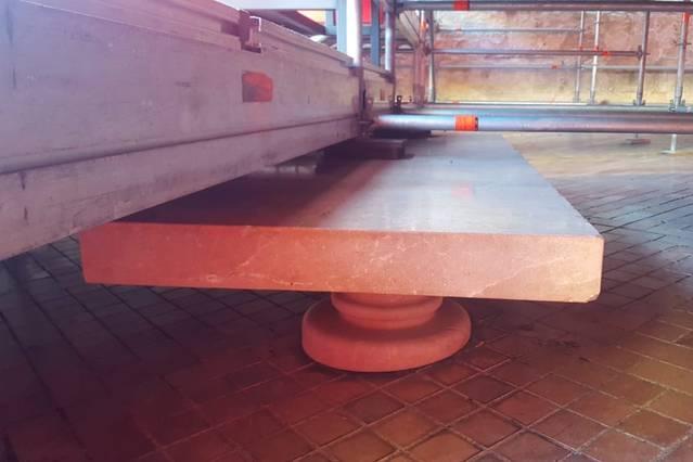 El Ayuntamiento pide la retirada de los palcos instalados sobre los bancos de la Puerta del Puente