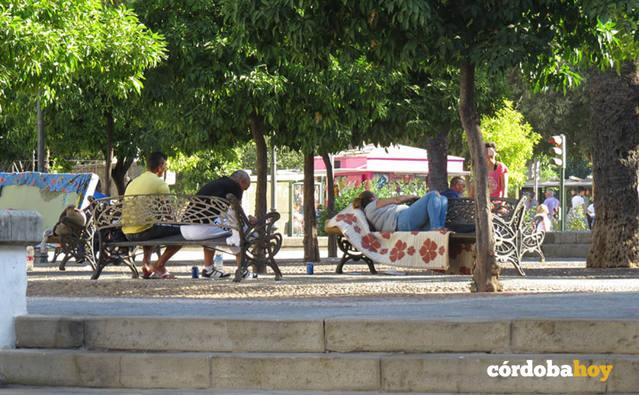 La Federación de Vecinos ofrece su colaboración en las actuaciones sobre los sin techo