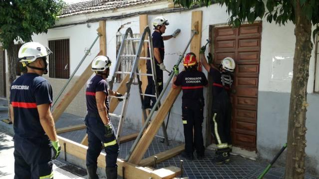 Los bomberos apuntalan una vivienda en la calle Fray Julián de Ávila