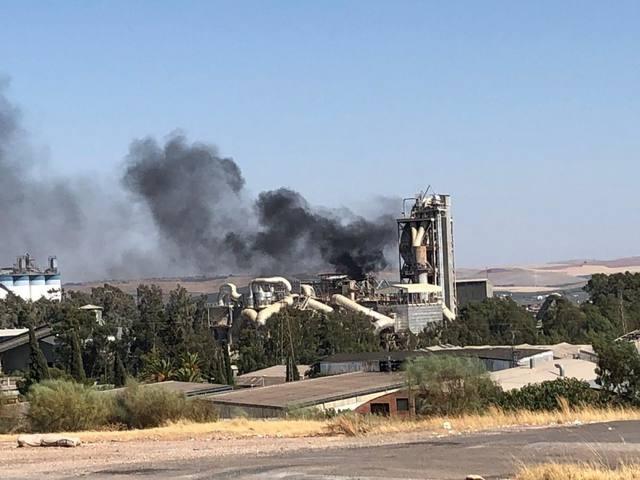 Los bomberos dan por controlado el incendio en la cementera Cosmos