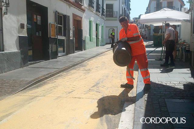 Los vecinos de la Axerquía piden el uso de 'recogeceras' en las diferentes procesiones de la ciudad