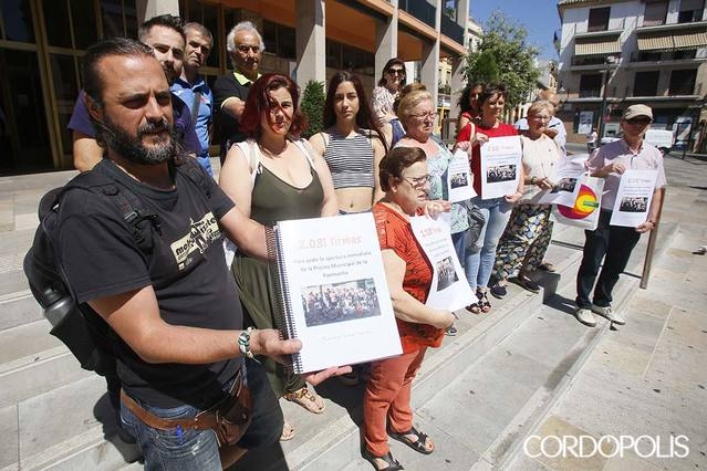 Los vecinos de la Fuensanta entregan más de 2.000 firmas para la apertura de su piscina