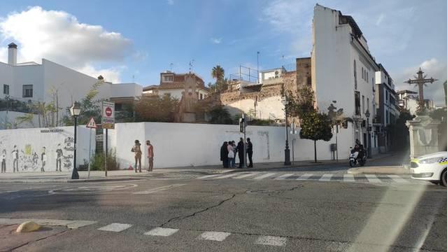 Los vecinos de La Ribera borran una pintada xenófoba contra los inmigrantes en la Cruz del Rastro
