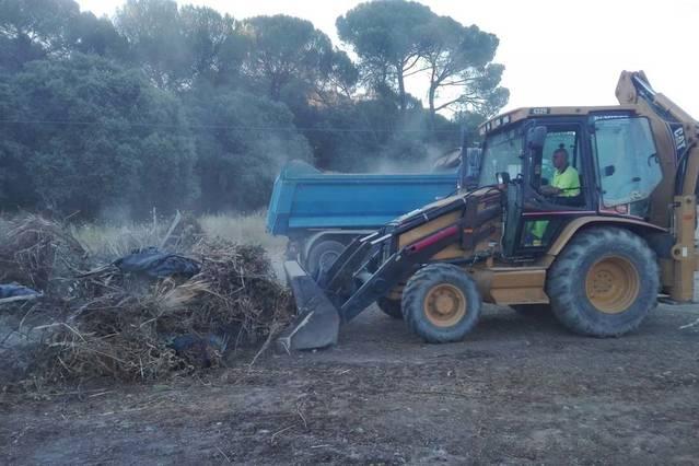 Sadeco limpia el vertido incontrolado del paraje de Los Pinos, en Trassierra, tras la demanda vecinal