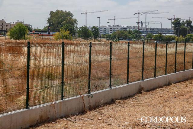 Vecinos denuncian el abandono y la basura en el terreno para los huertos urbanos de Miralbaida