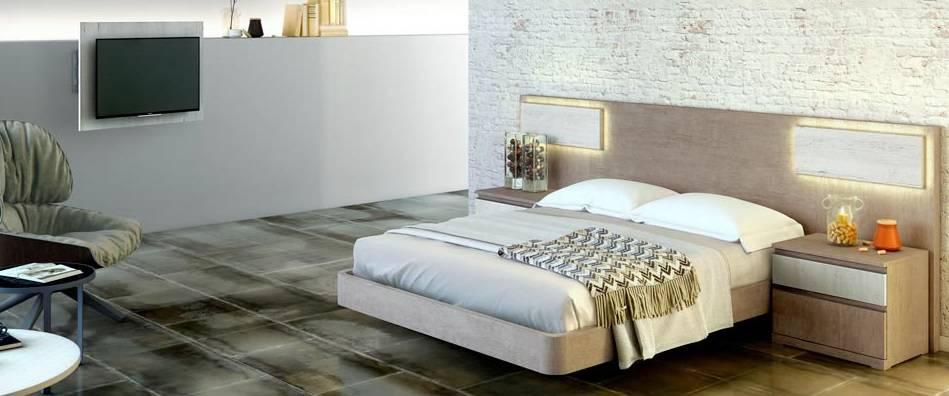 Dormitori amb llum al capçal