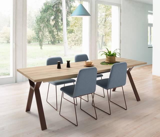 Conjunt taula i cadires amb potes metàl·liques