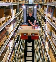 Preparador de pedidos para recogida en alto nivel compacto para operaciones de manipulación de materiales en espacios reducidos