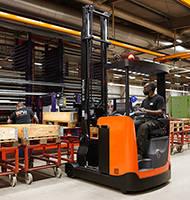 Carretillas retráctiles construidas para operaciones seguras y eficientes
