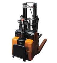 Versàtil arretilla retràctil amb conductor acompanyant per manipulació de palets mixtes o amb encanyat inferior